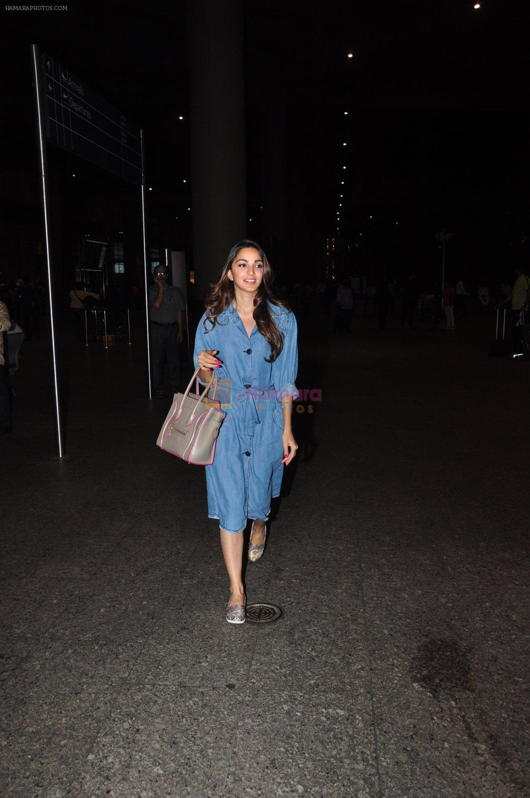 Kiara Advani snapped at airport on 4th Oct 2016