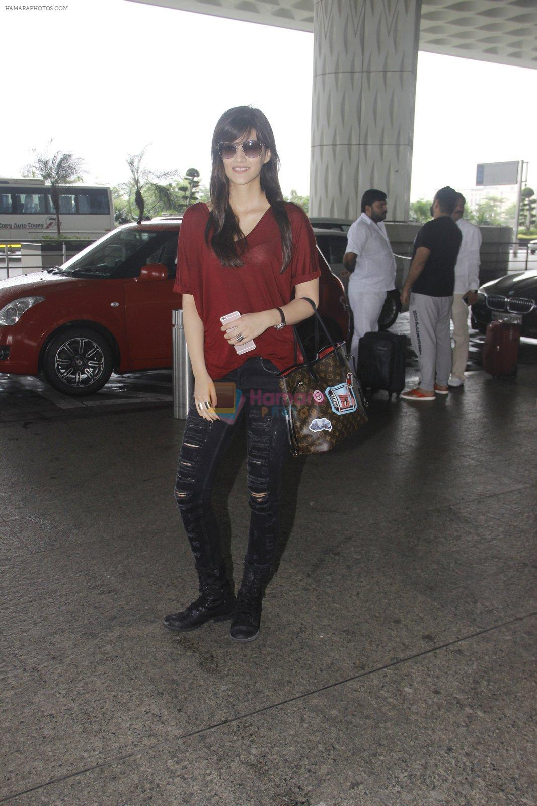 Kriti Sanon snapped at airport on 4th Oct 2016