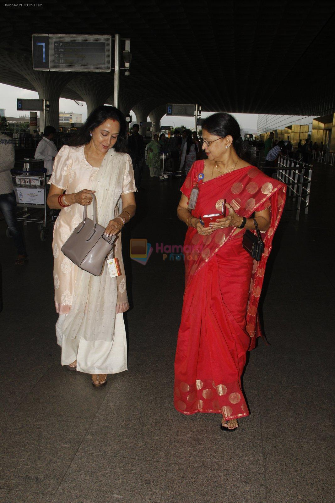 Hema Malini snapped at airport on 4th Oct 2016