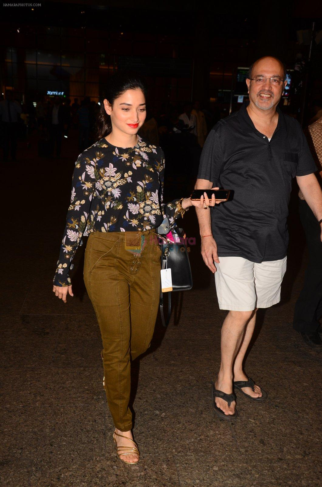 Tamannaah Bhatia snapped at airport on 5th Oct 2016