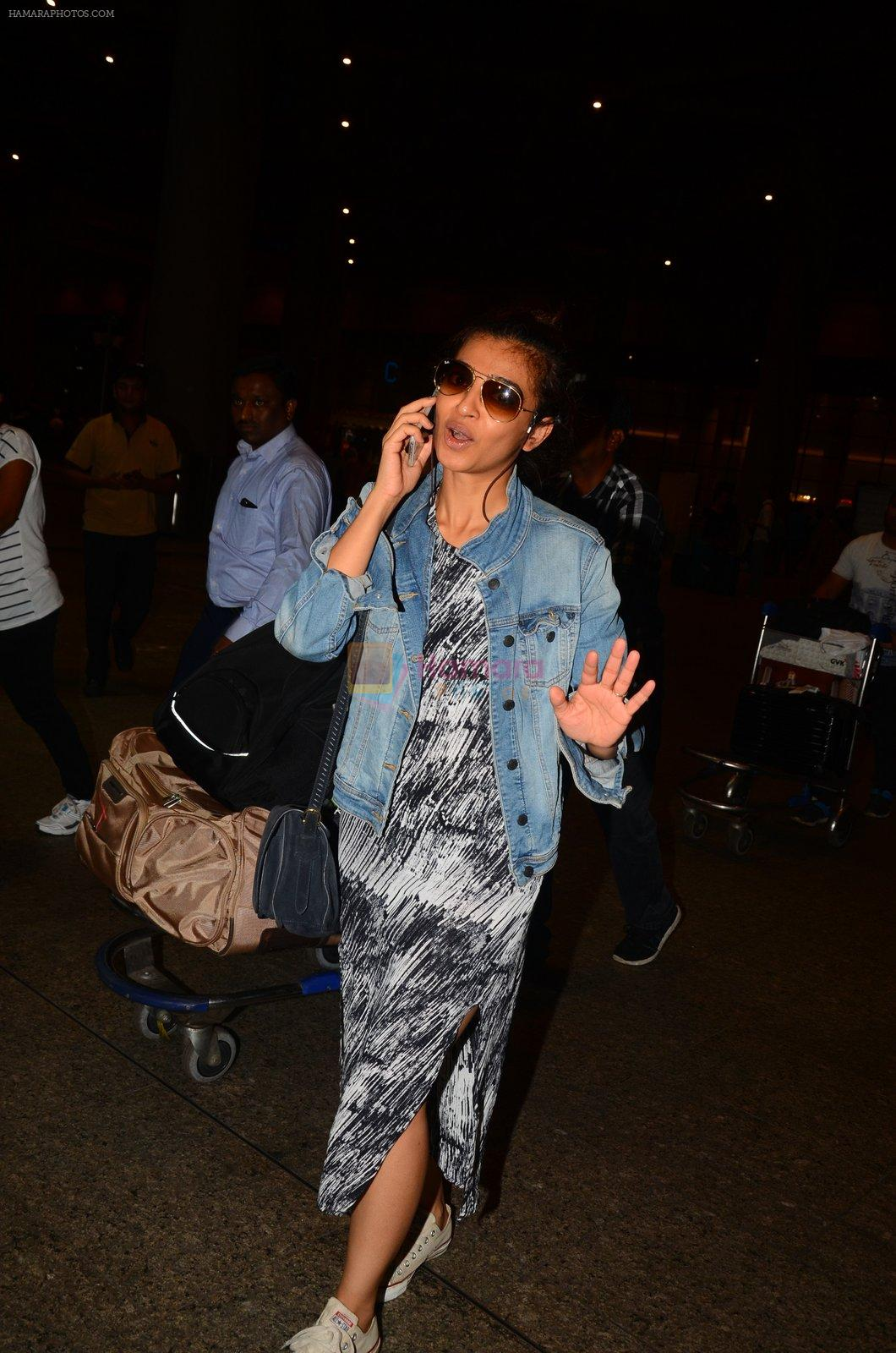 Radhika Apte snapped at airport on 5th Oct 2016
