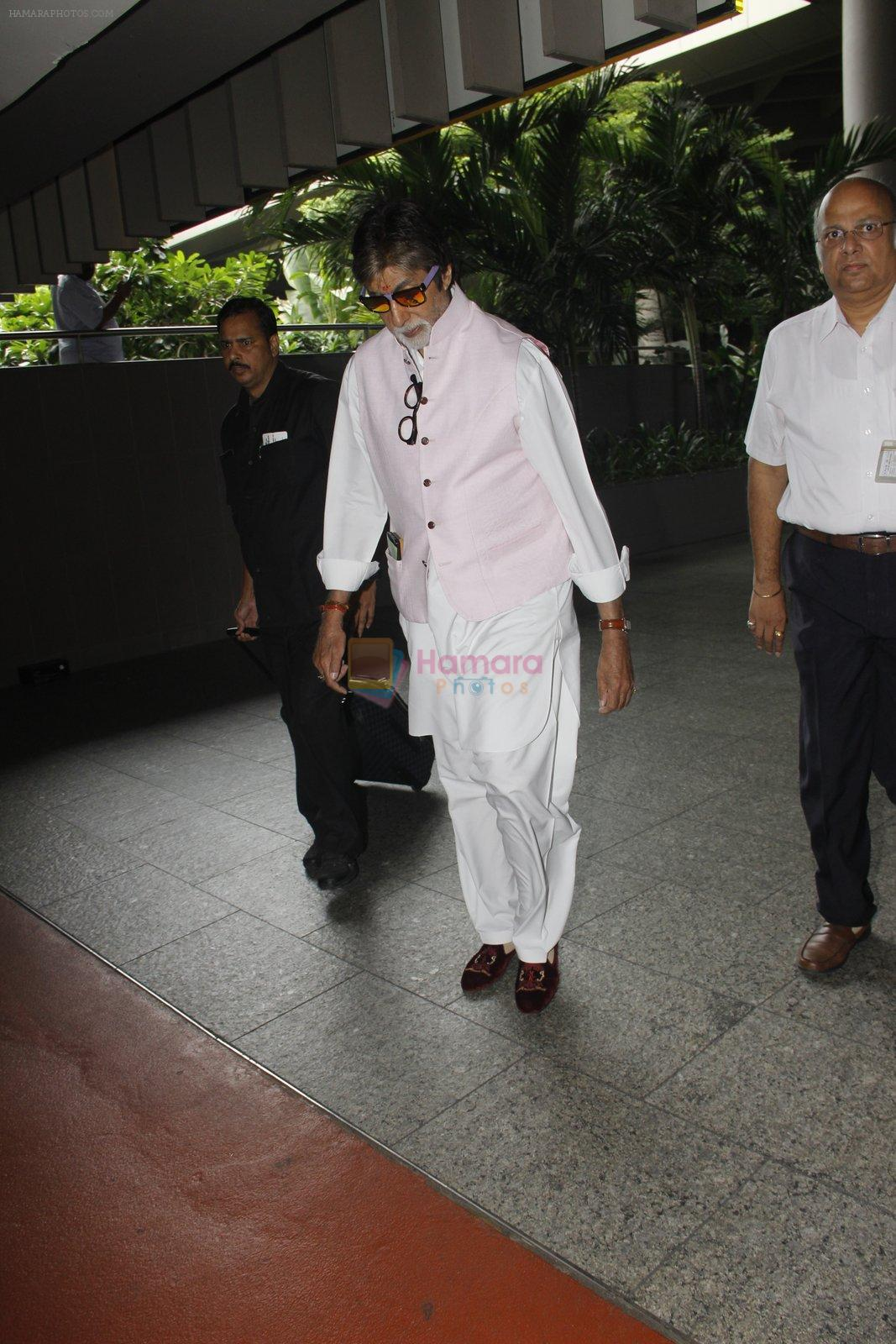 Amitabh Bachchan snapped at airport on 6th Oct 2016