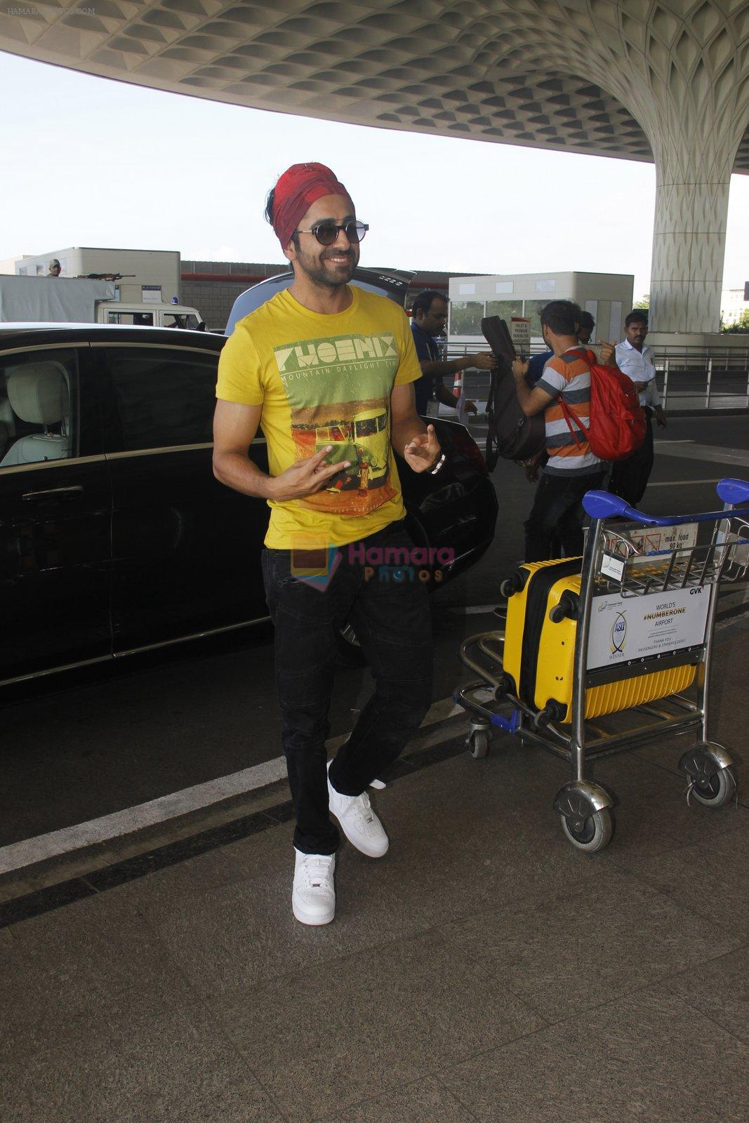 Ayushmann Khurrana snapped at airport on 7th Oct 2016