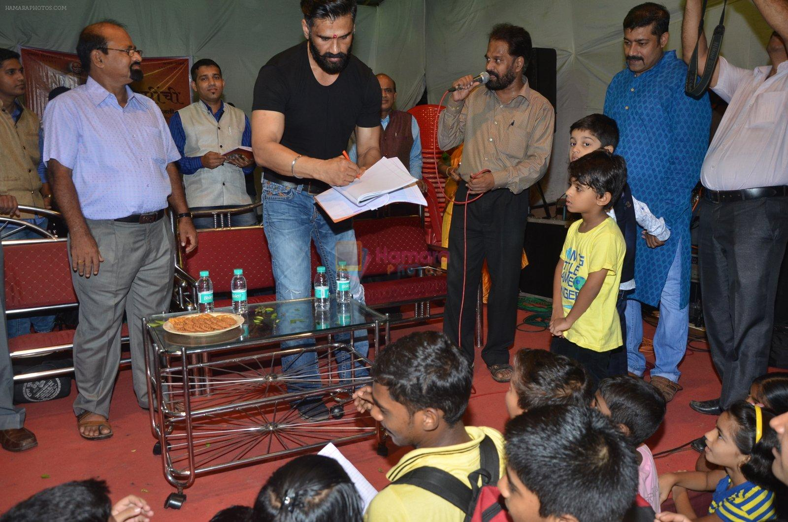 sunil shetty at durga pooja on 8th Oct 2016