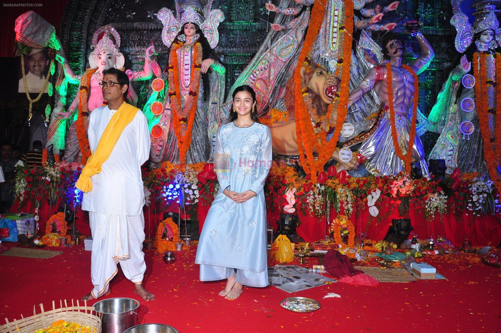 Alia BHatt at Durga Pooja on 8th Oct 2016