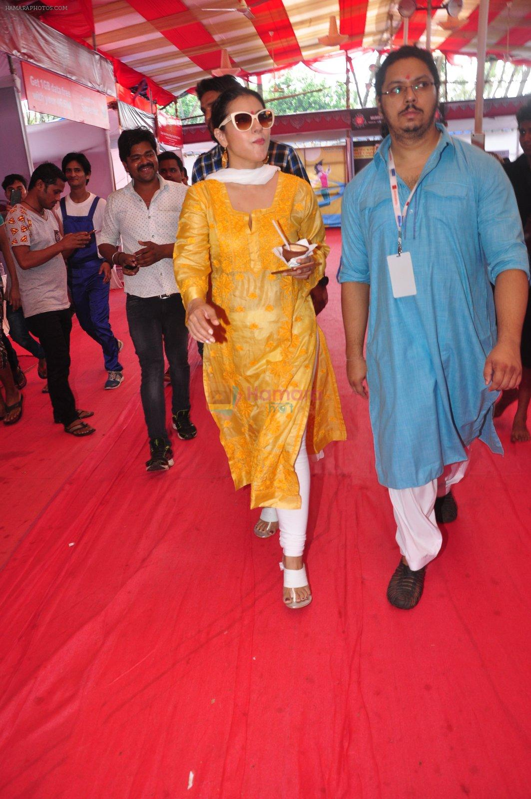 Kajol at Durga Pooja on 10th Oct 2016