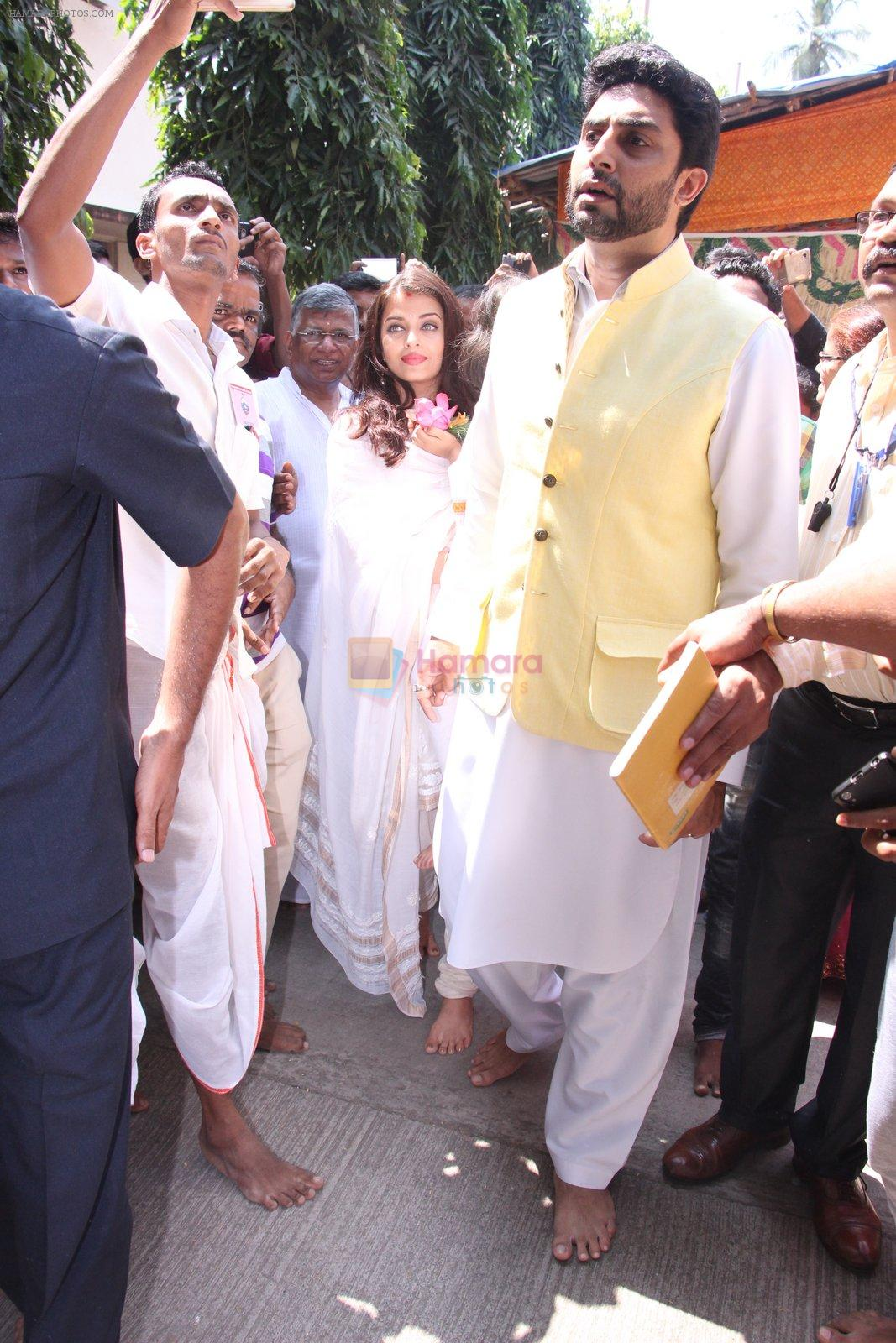 Abhishek Bachchan, Aishwarya Rai Bachchan at asthami pooja at ram krishna mission on 8th Oct 2016