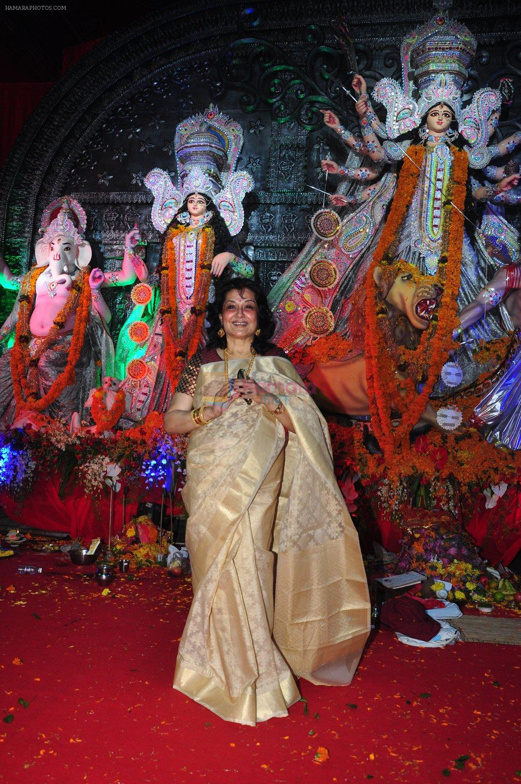 Moushumi Chatterjee at Durga Pooja on 10th Oct 2016