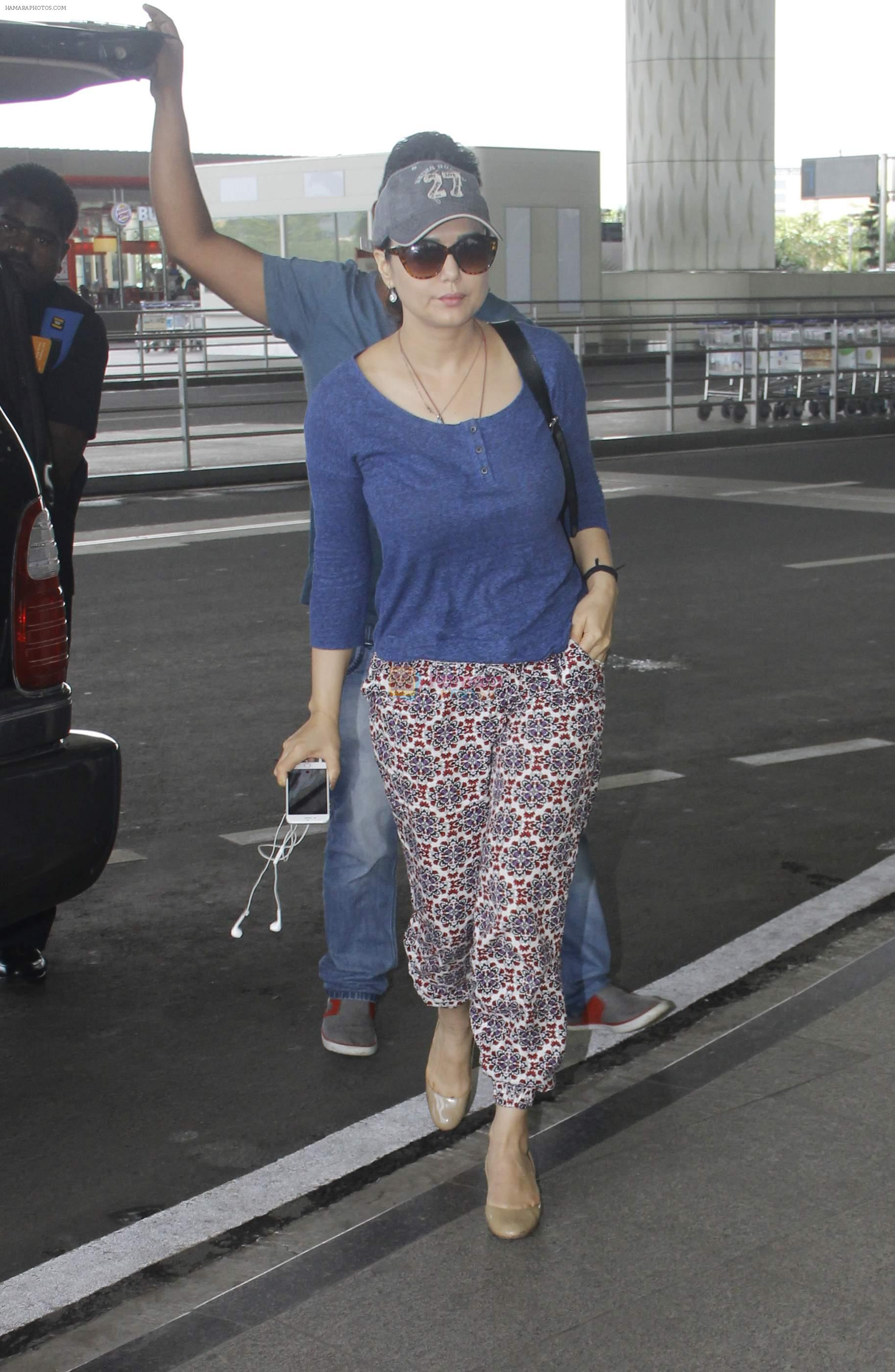 Preity Zinta snapped at airport on 11th Oct 2016