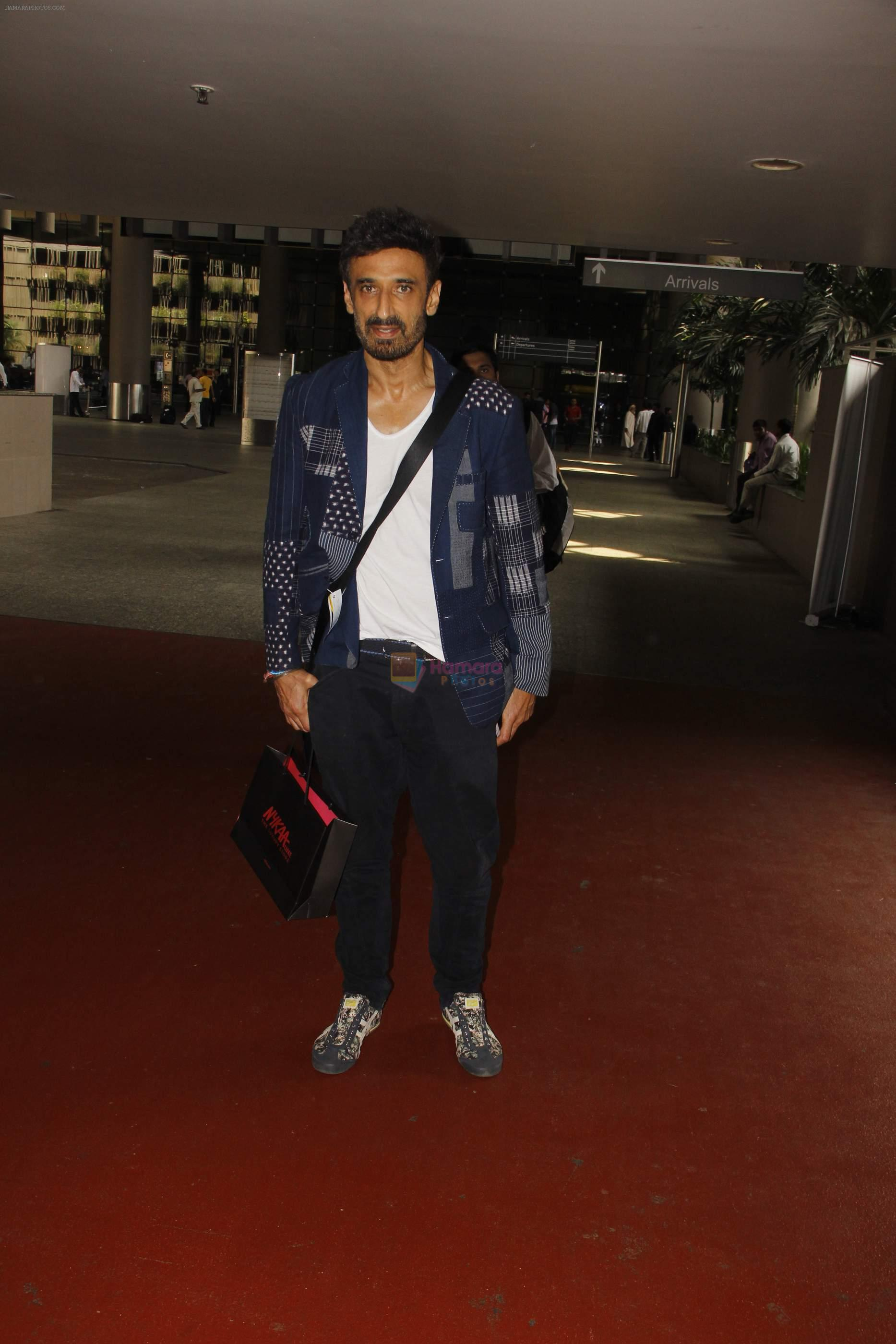 Rahul Dev snapped at airport on 11th Oct 2016