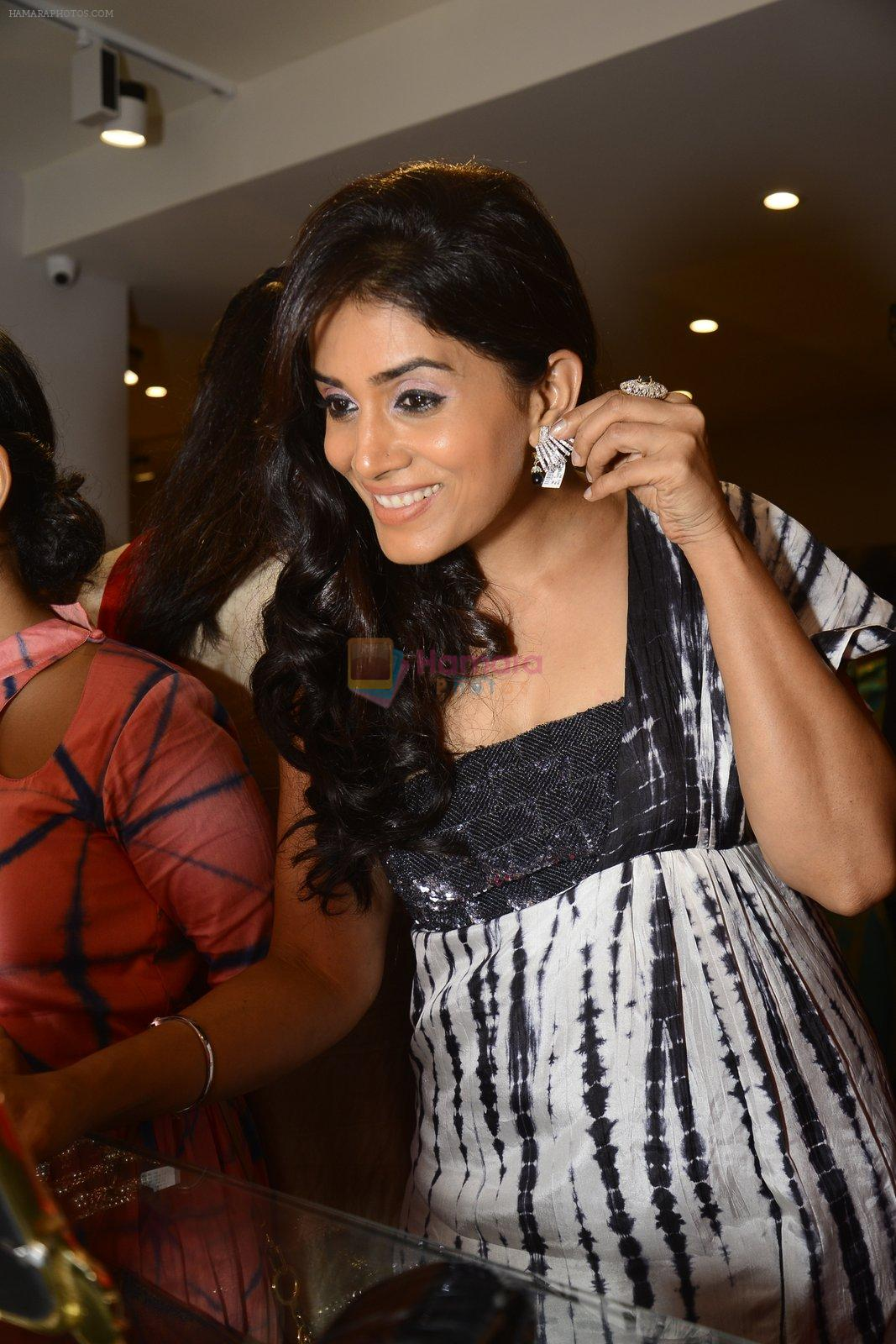 Sonali Kulkarni at designer Manali Jagtap store festive collection launch on 10th Oct 2016