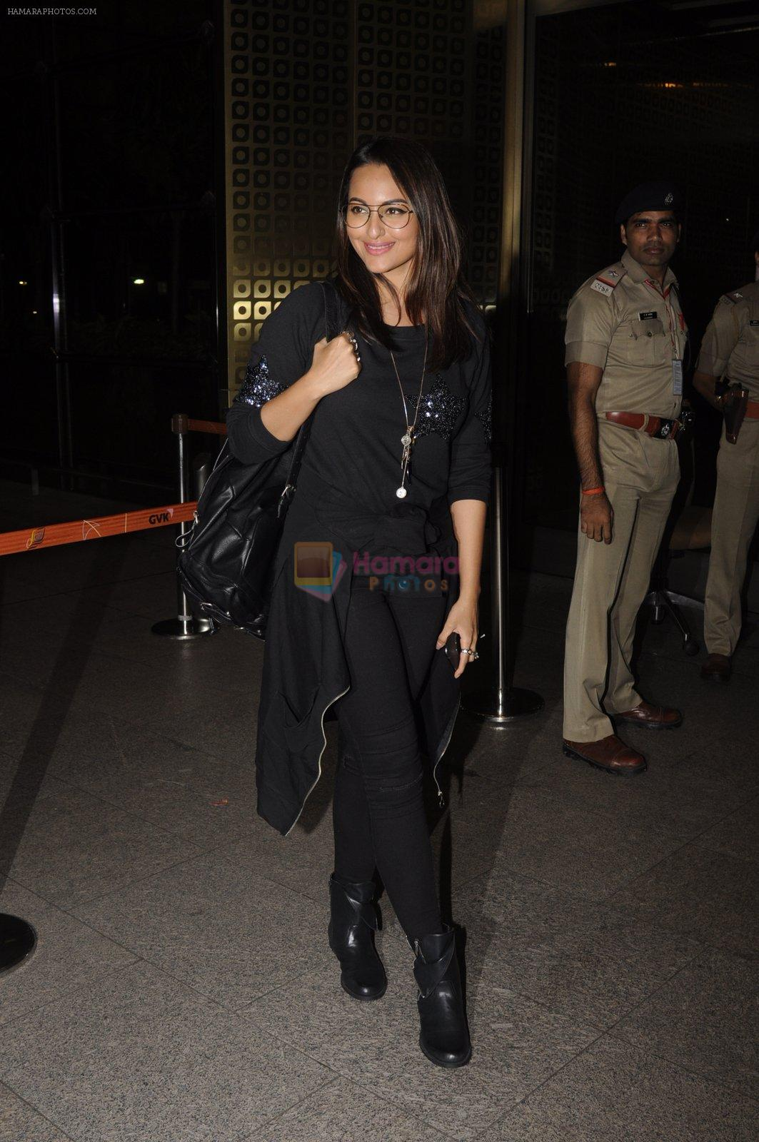 Sonakshi Sinha snapped at airport on 10th Oct 2016
