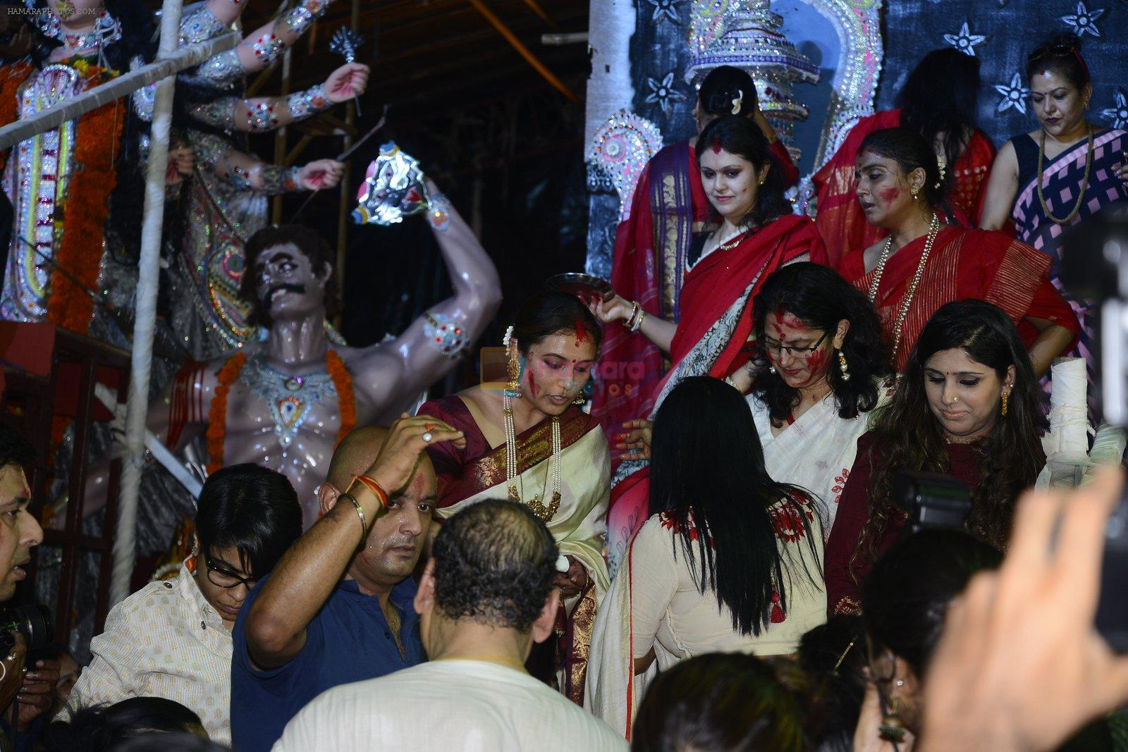 Rani Mukherjee at Durga Pooja on 11th Oct 2016