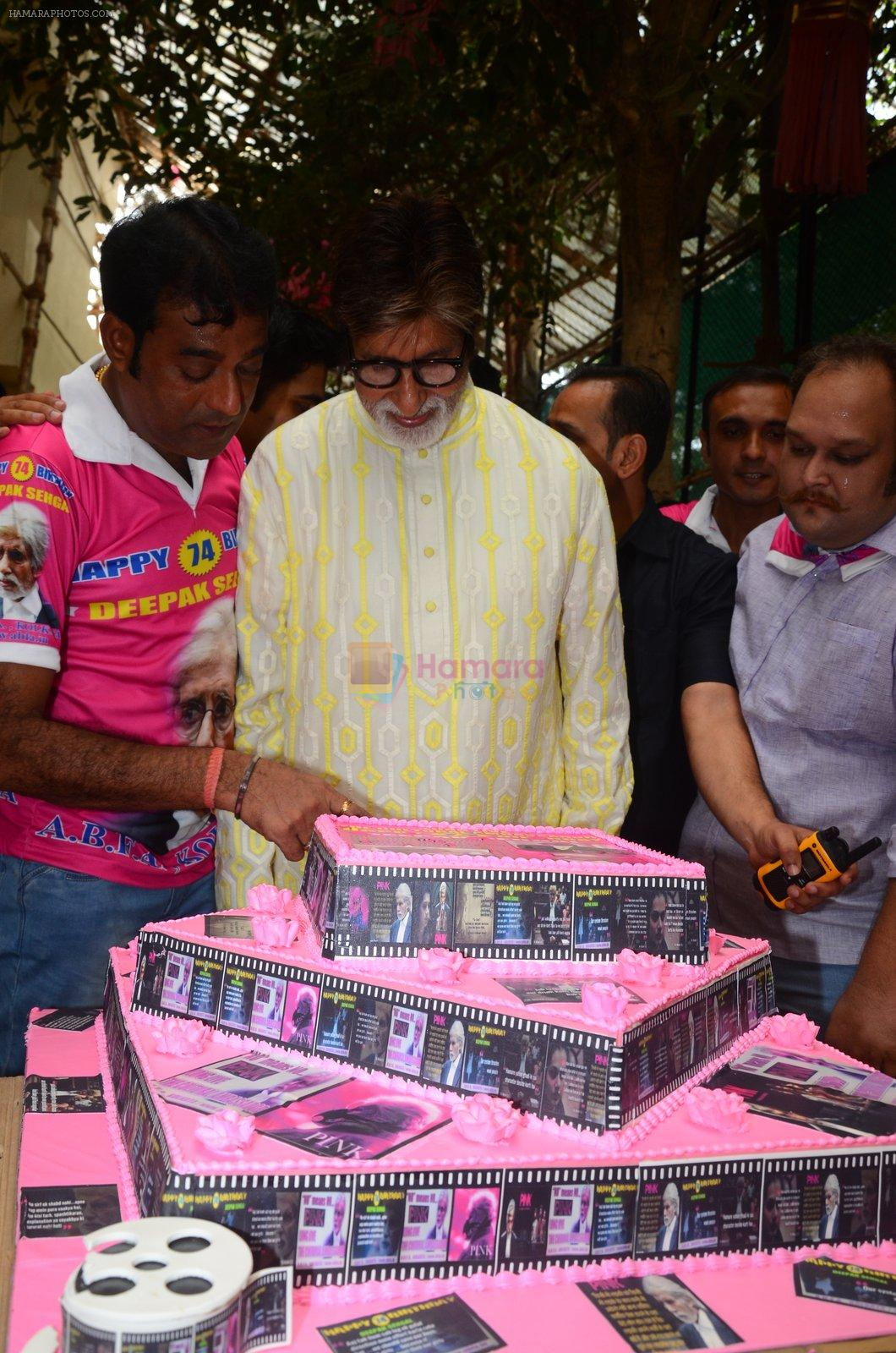 Amitabh Bachchan celebrates his birthday with media on 11th Oct 2016