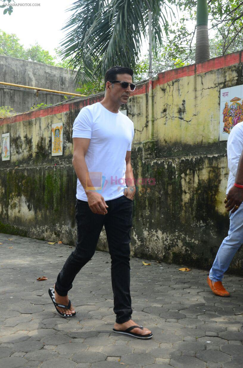 Akshay Kumar at Shilpa Shetty's father's funeral on 12th Oct 2016