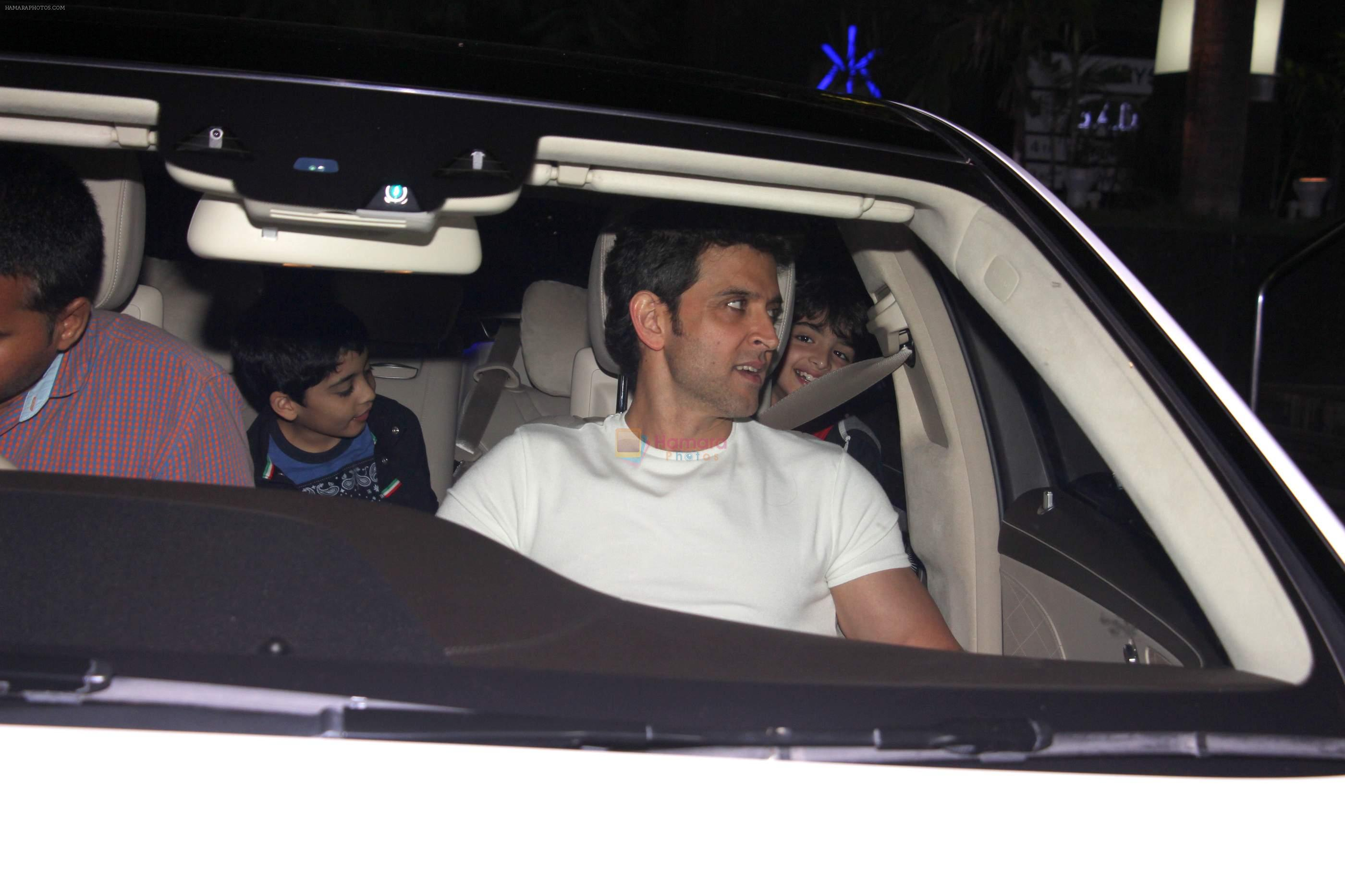 Hrithik Roshan snapped with kids  on 12th Oct 2016