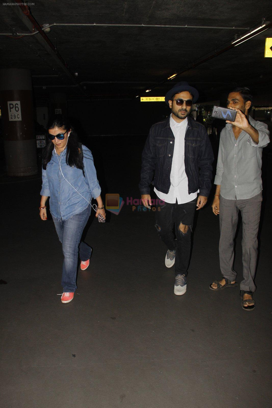 Vir Das snapped at airport on 12th Oct 2016