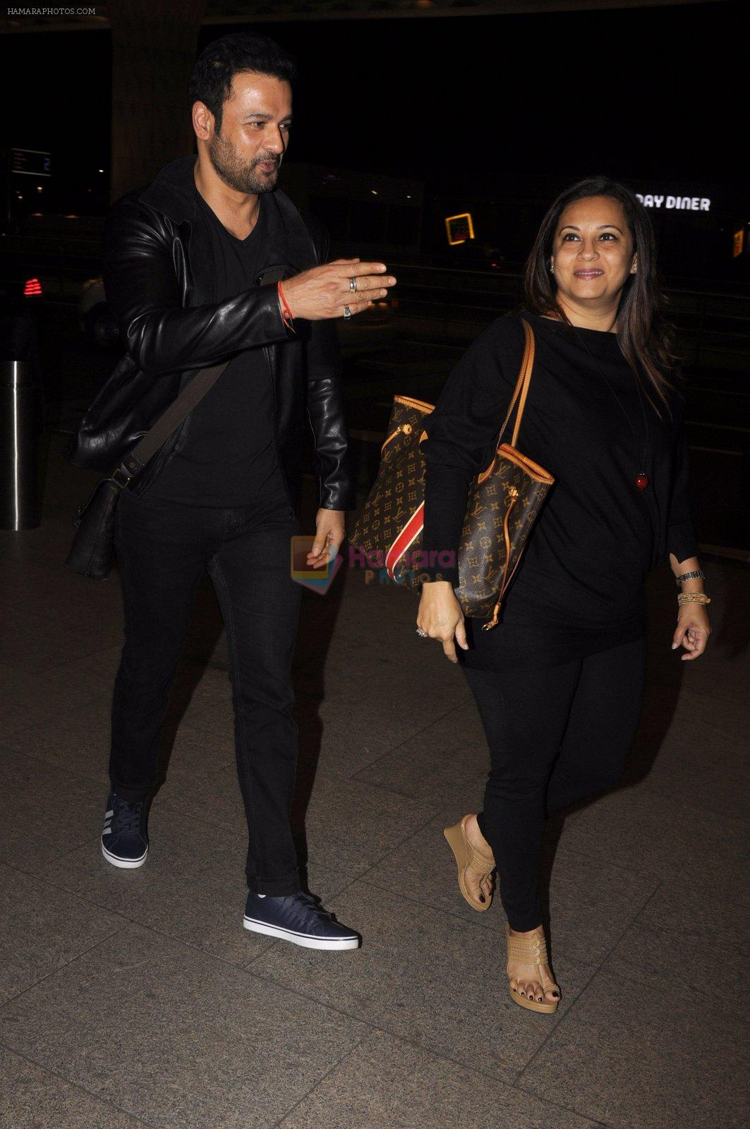 Rohit Roy snapped at airport on 13th Oct 2016