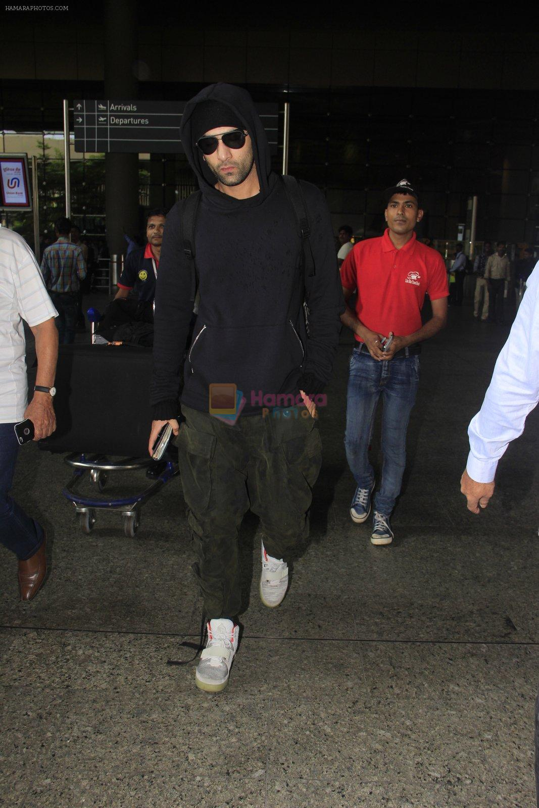Ranbir Kapoor snapped at airport on 14th Oct 2016