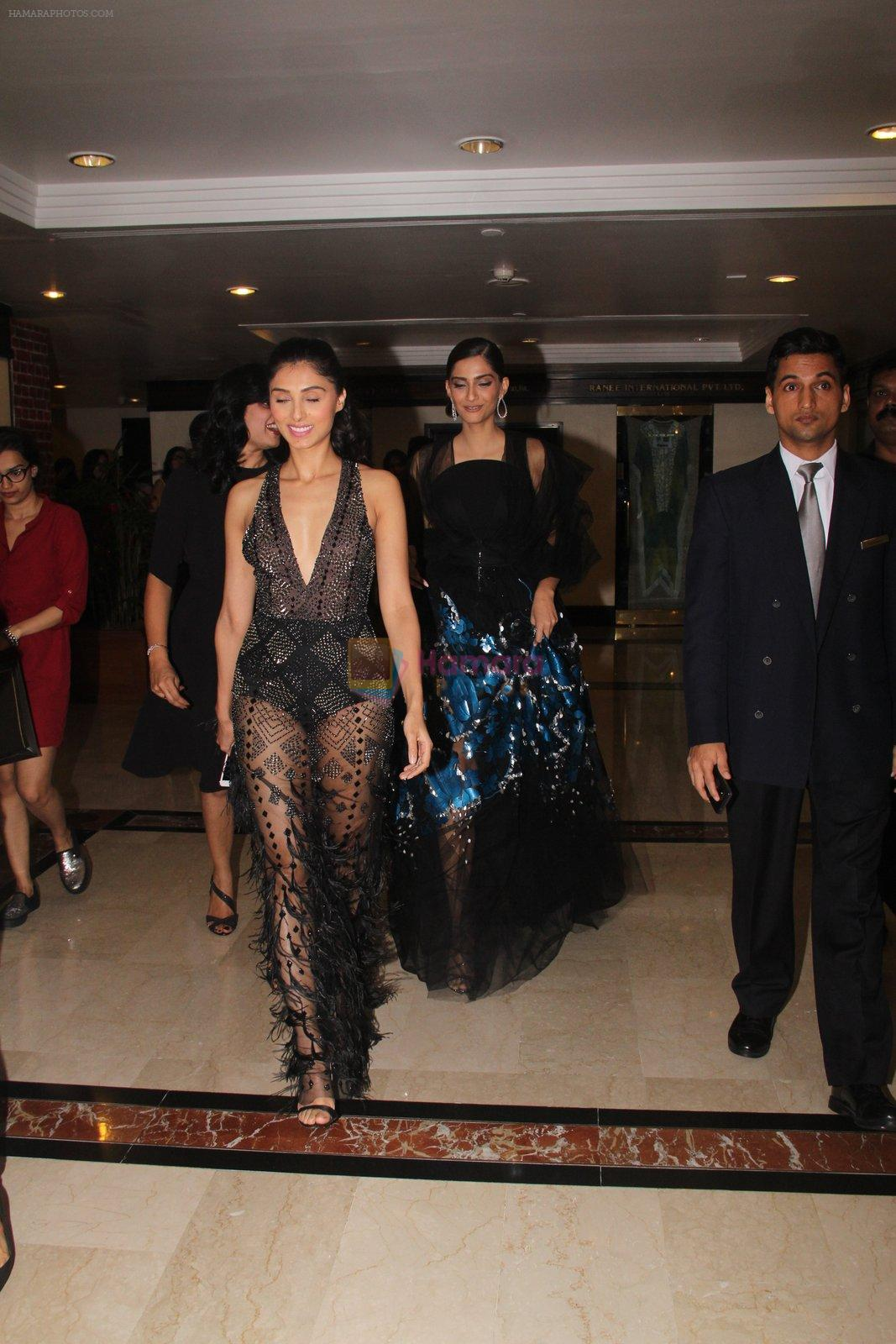 Sonam Kapoor snapped at lobby of Trident for ET Panache trend setters awards on 14th Oct 2016