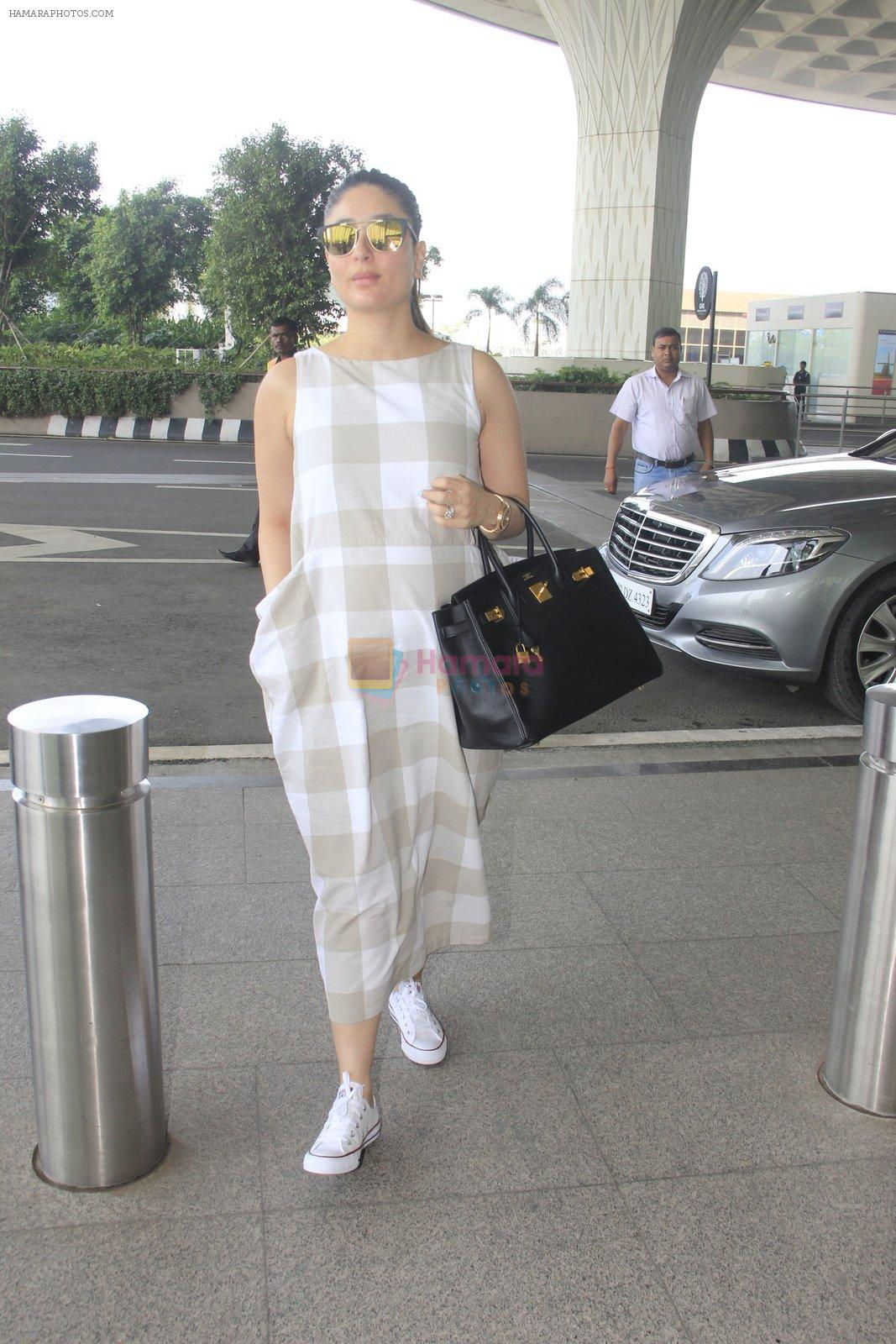 Kareena Kapoor snapped at airport on 14th Oct 2016