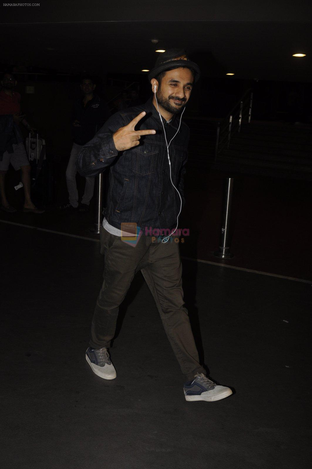 Vir Das snapped at airport on 16th Oct 2016