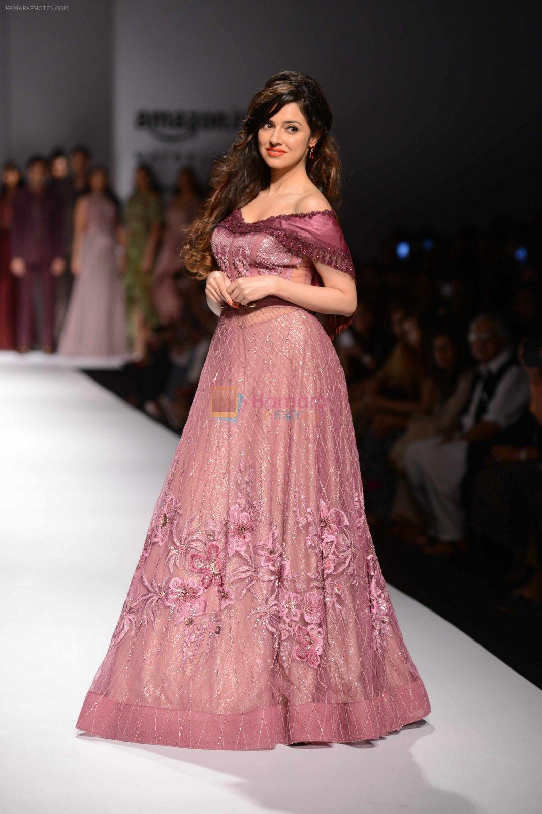 Divya Khosla Kumar walks for soltee by sulakshna monga on 16th Oct 2016