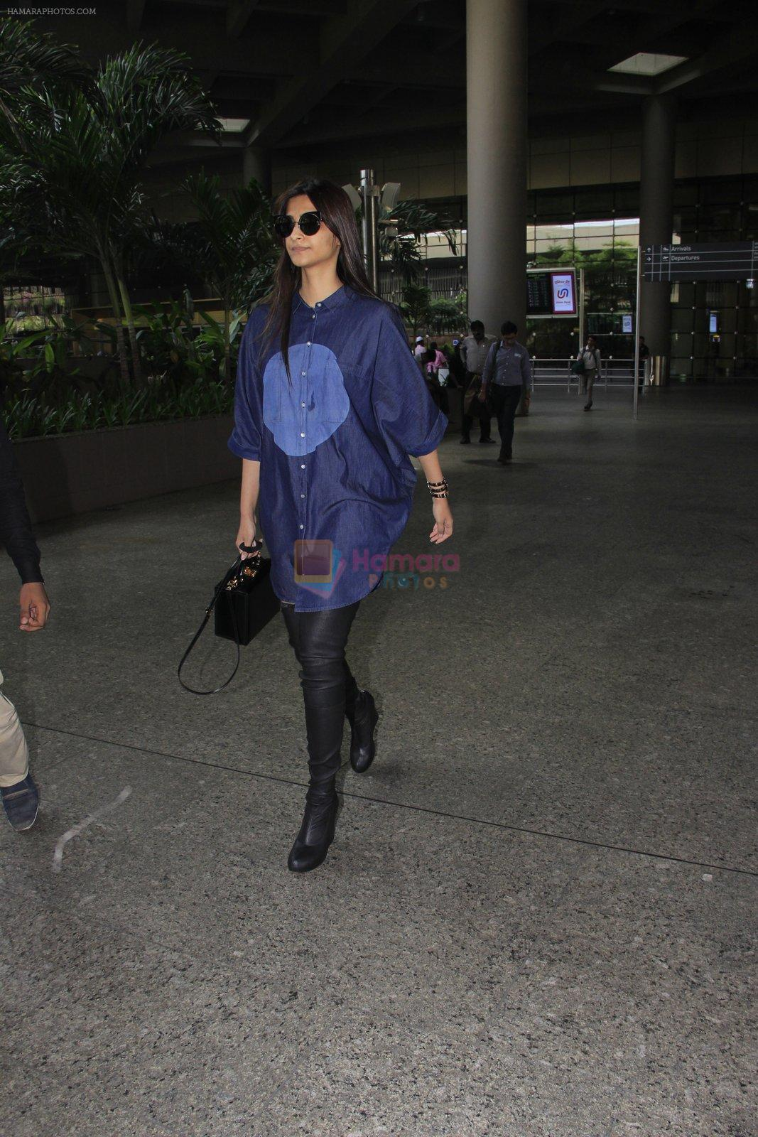 Sonam Kapoor snapped at airport on 17th Oct 2016