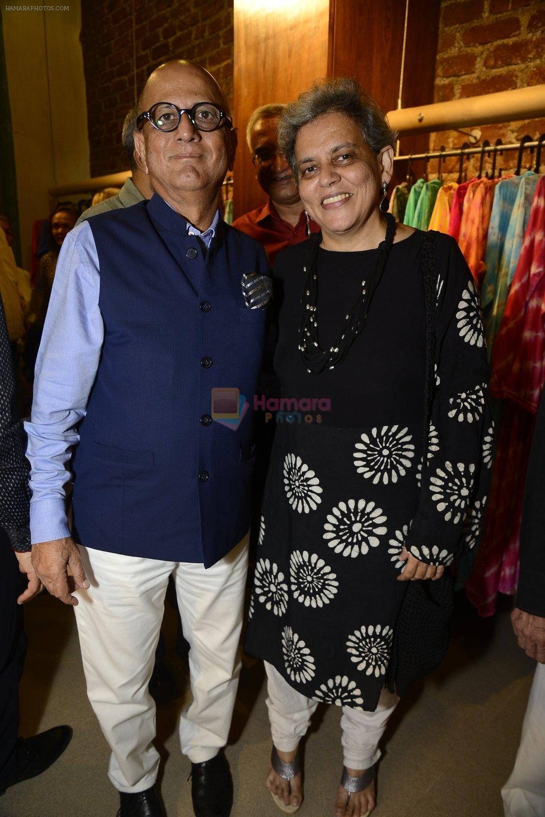 brinda miller with husband innaugurates Gopi Vaid's new store on 15th Oct 2016