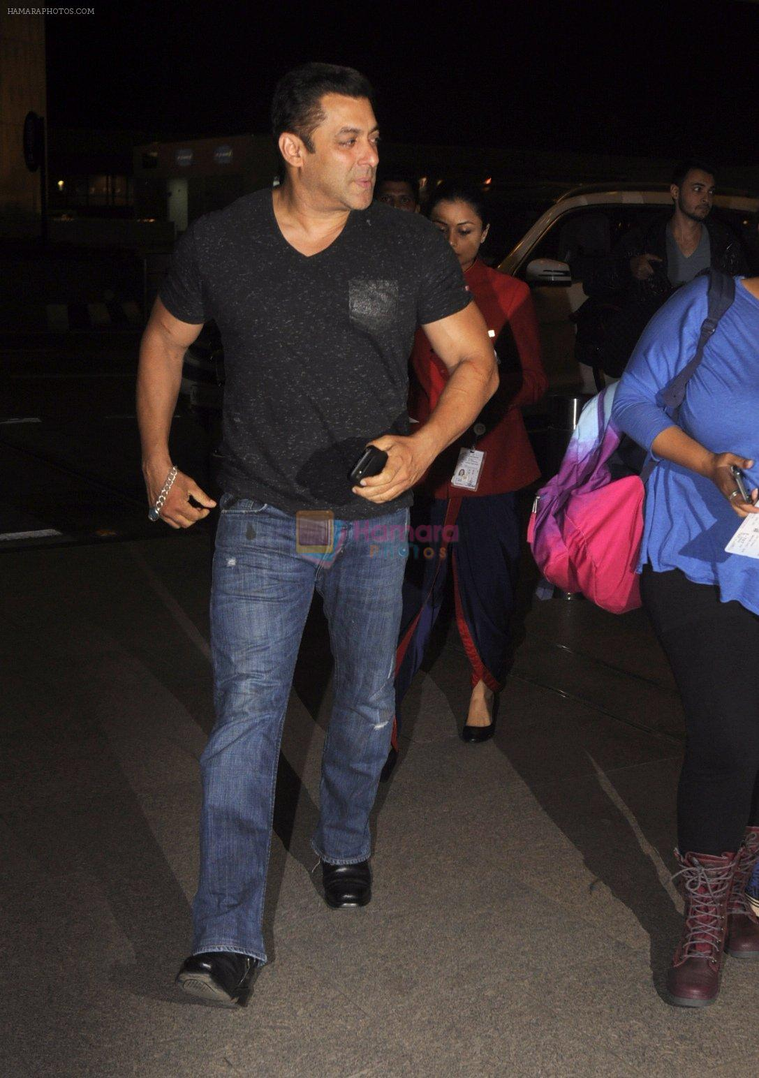 Salman Khan snapped at airport on 16th Oct 2016