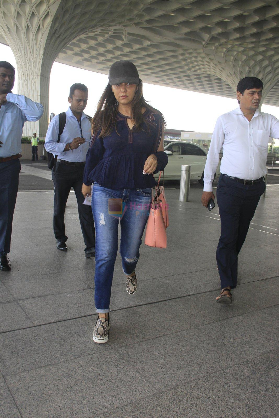 Gauri Khan snapped at airport on 18th Oct 2016