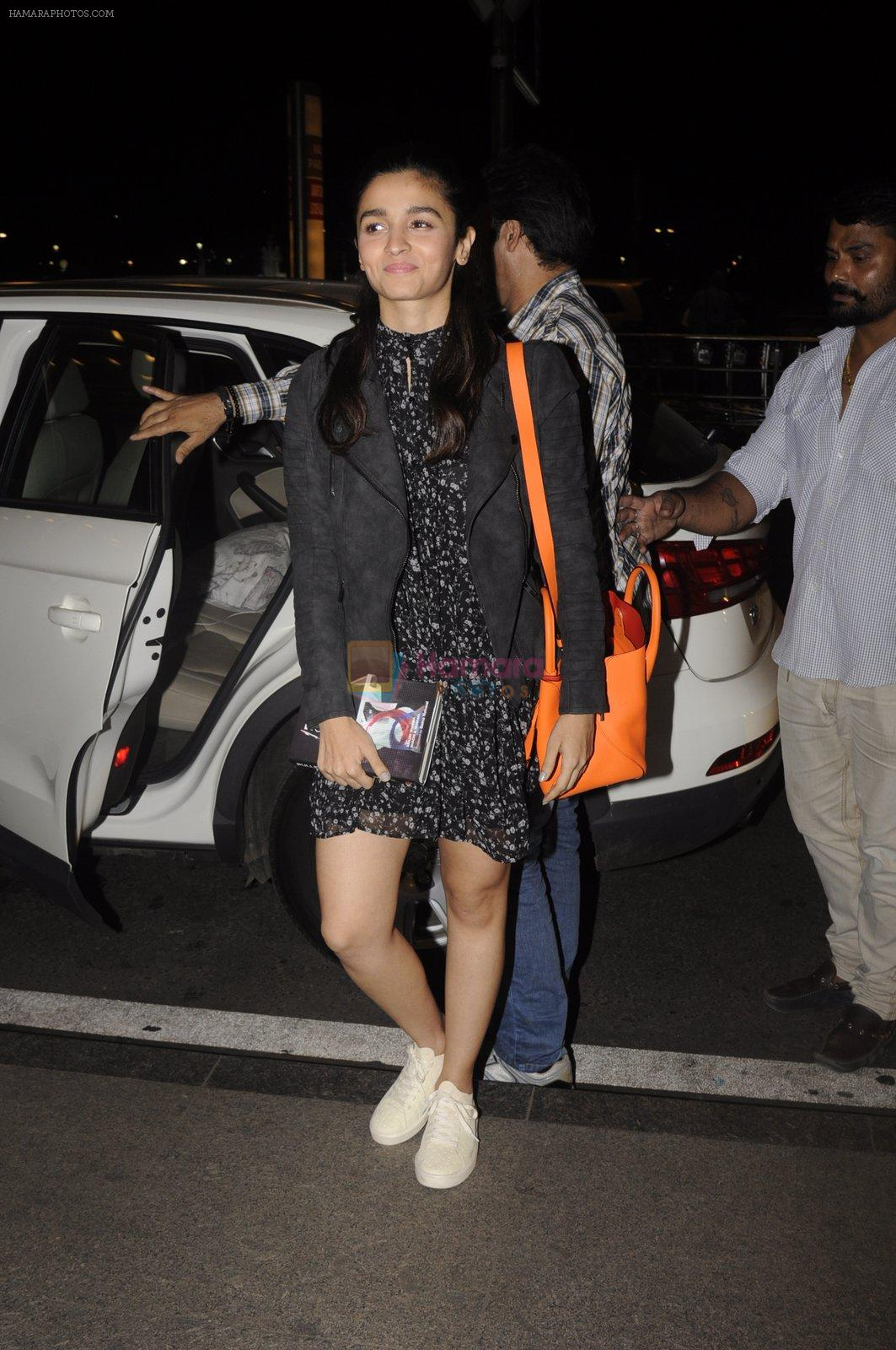 Alia Bhatt snapped at Airport on 18th Oct 2016