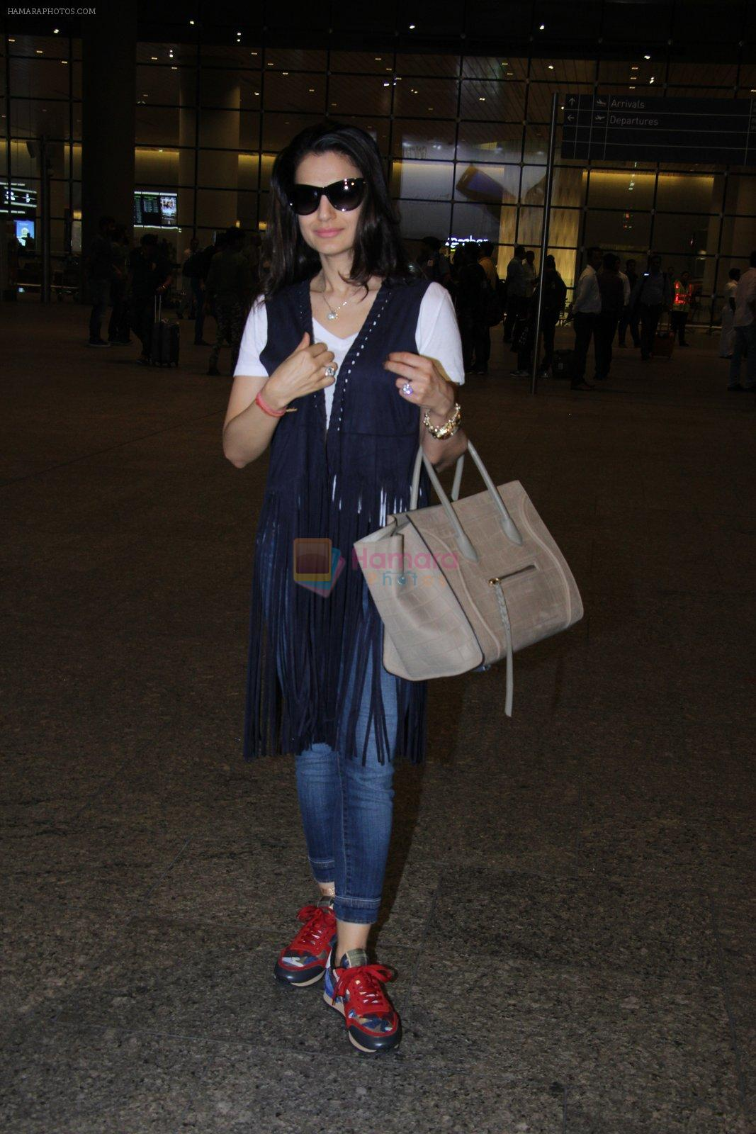 Ameesha Patel snapped at airport on 16th Nov 2016