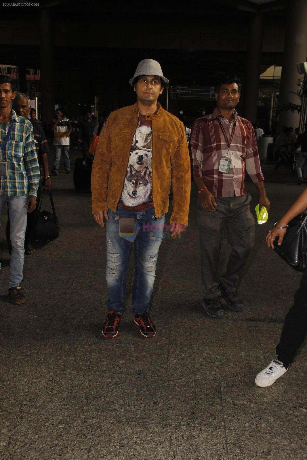 Sonu Nigam snapped at airport on 16th Nov 2016