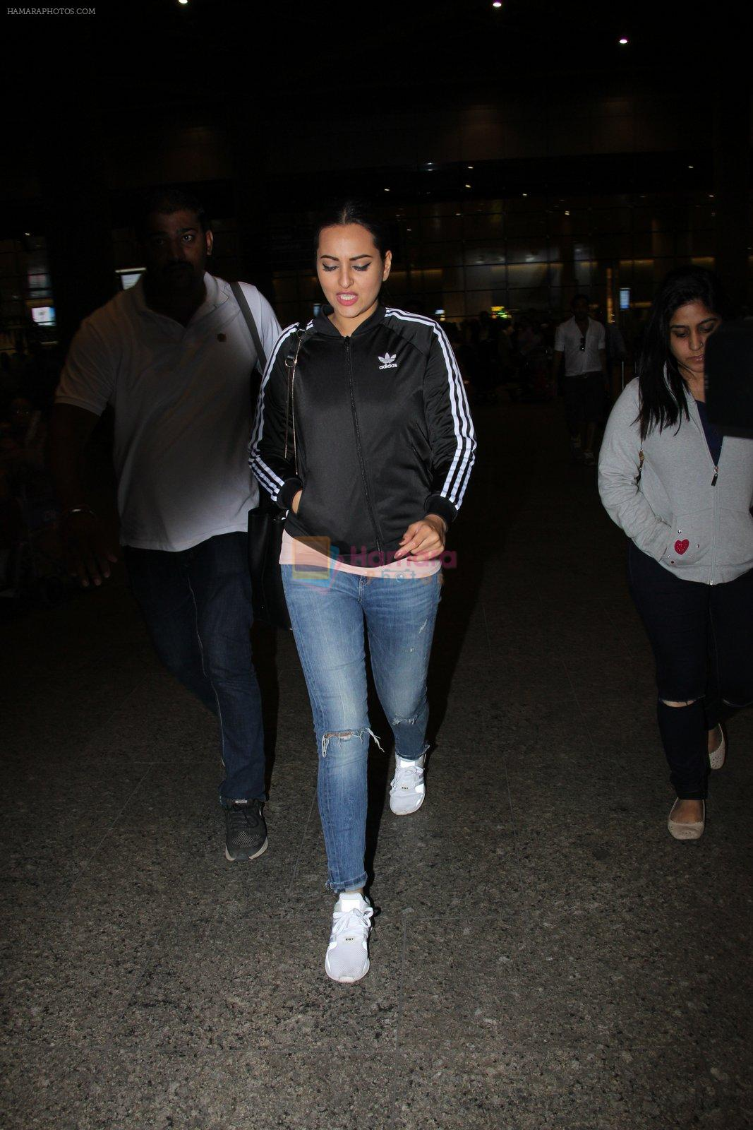 Sonakshi Sinha snapped at airport on 16th Nov 2016