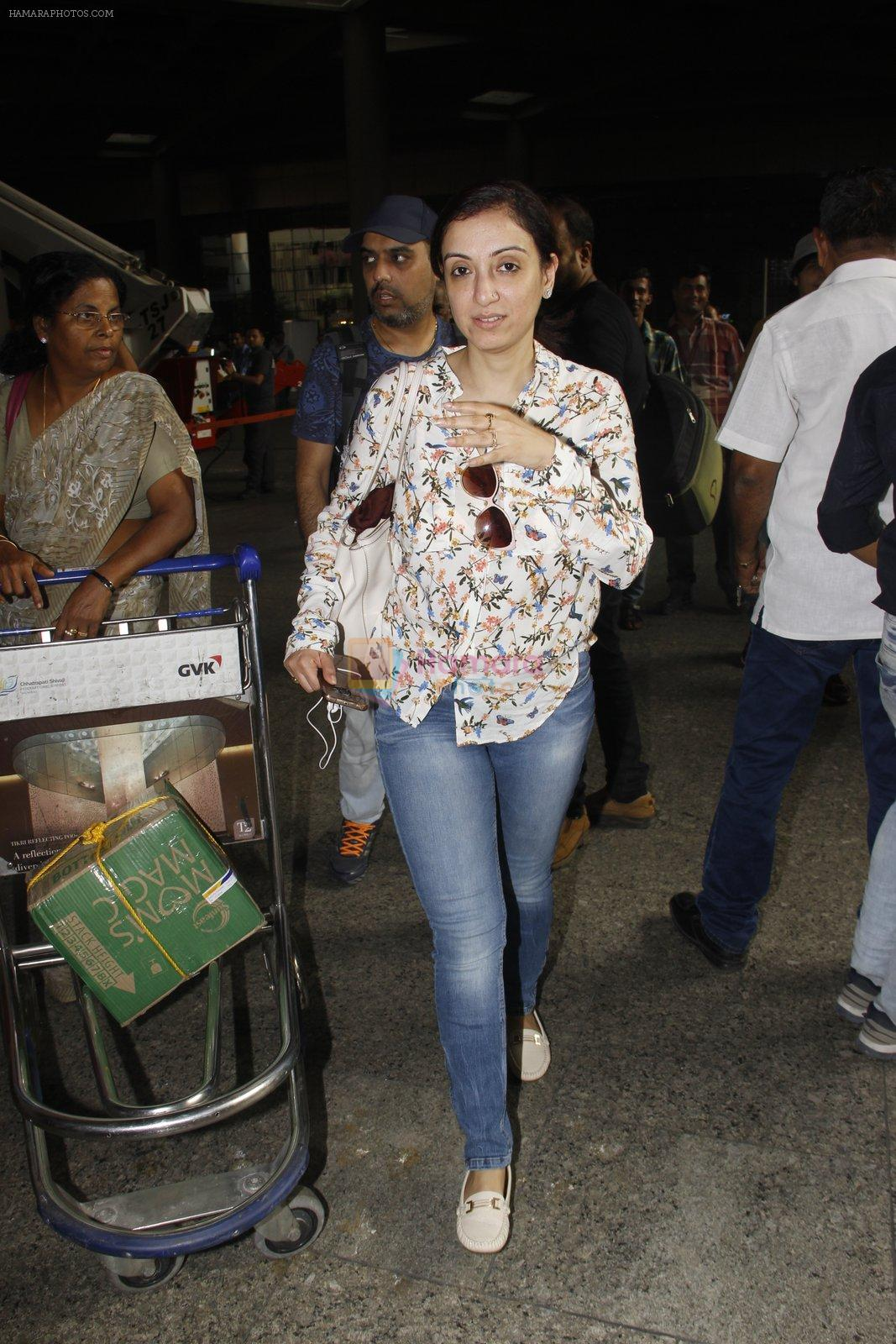 Madhurima Nigam snapped at airport on 16th Nov 2016