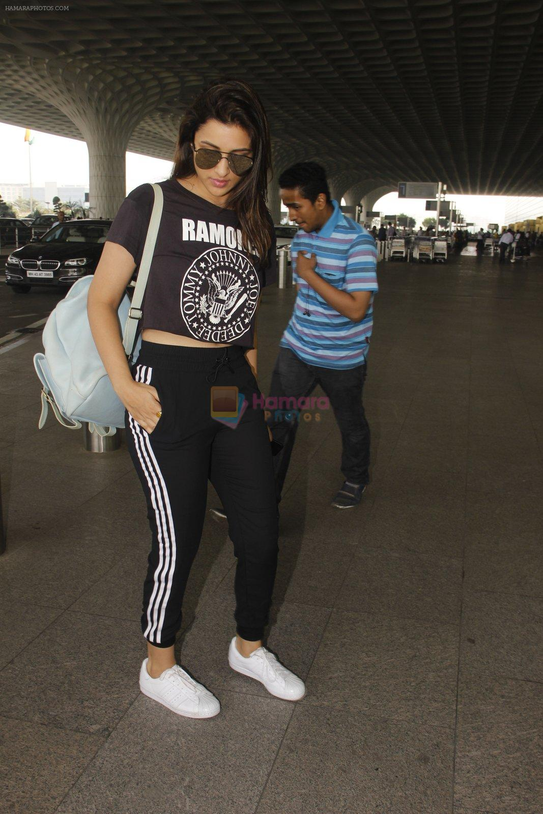 Parineeti Chopra snapped at airport on 16th Nov 2016