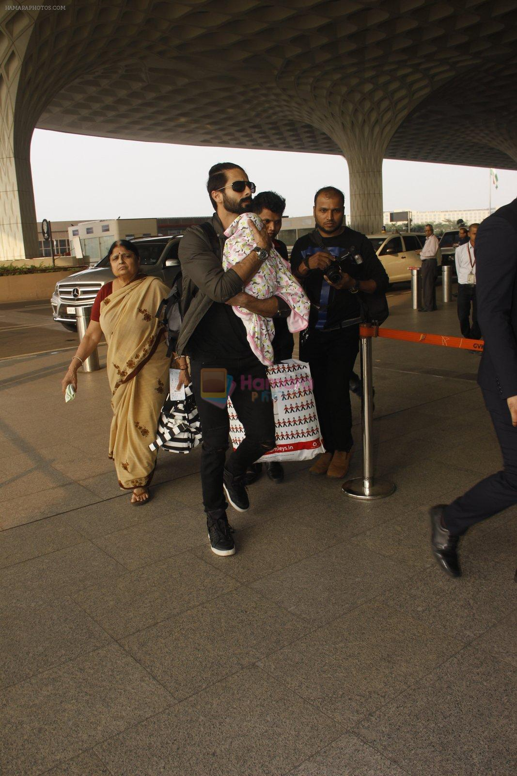 Shahid Kapoor snapped at airport on 16th Nov 2016