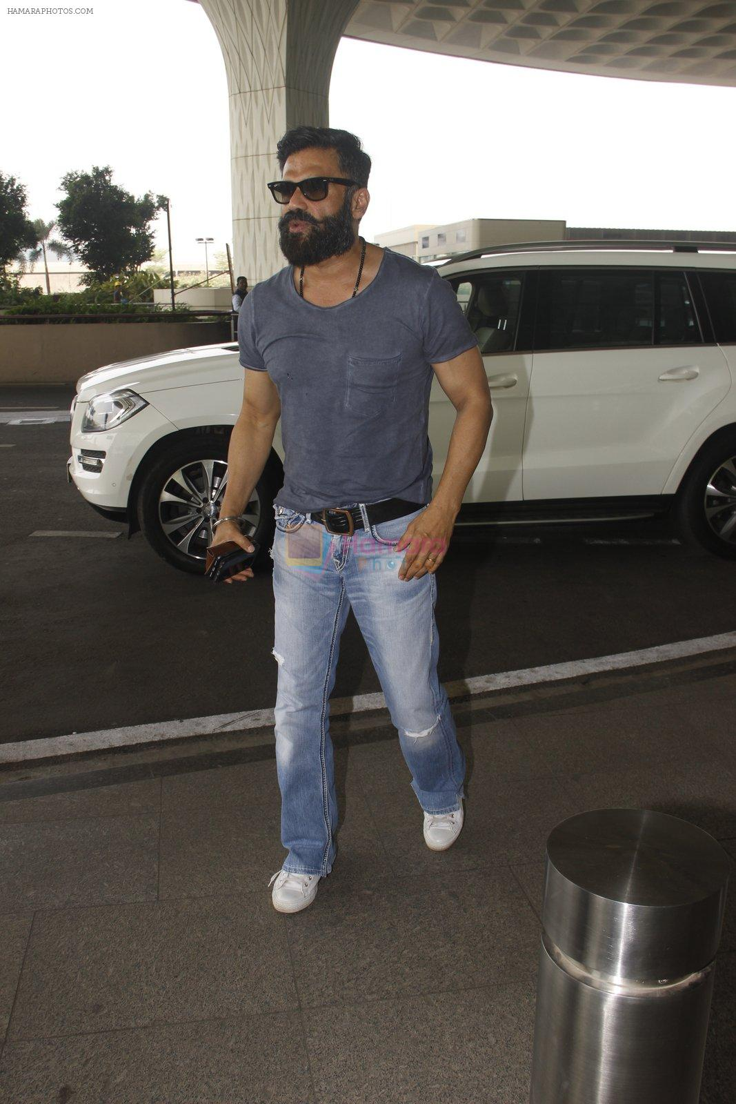 Sunil Shetty snapped at airport on 16th Nov 2016