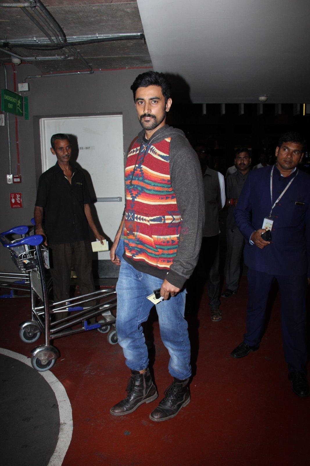 Kunal Kapoor snapped at airport on 17th Nov 2016