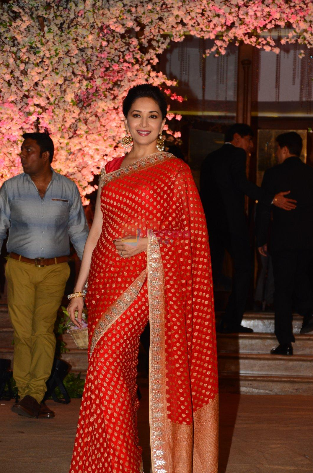 Madhuri Dixit at Wedding reception of stylist Shaina Nath daughter of Rakesh Nath on 17th Nov 2016
