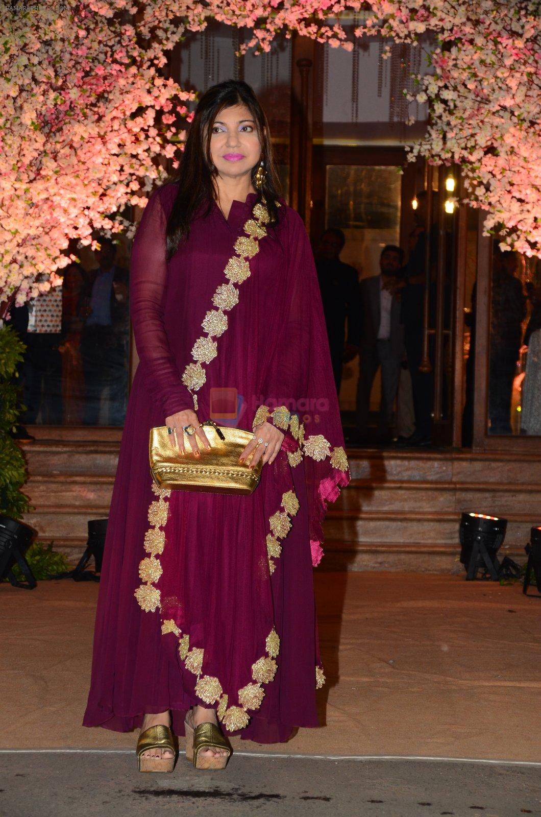 Alka Yagnik at Wedding reception of stylist Shaina Nath daughter of Rakesh Nath on 17th Nov 2016