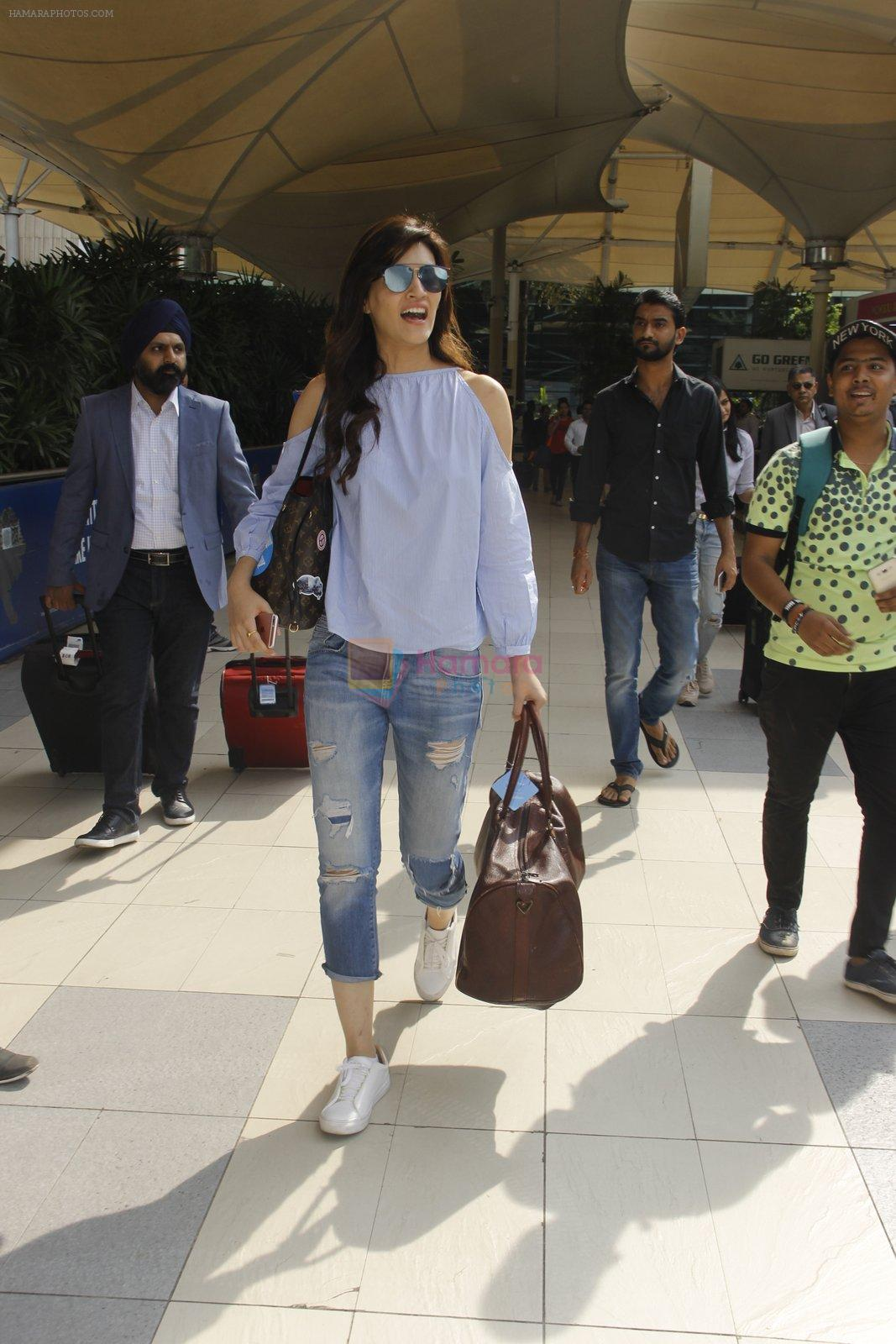 Kriti Sanon snapped at airport on 18th Nov 2016