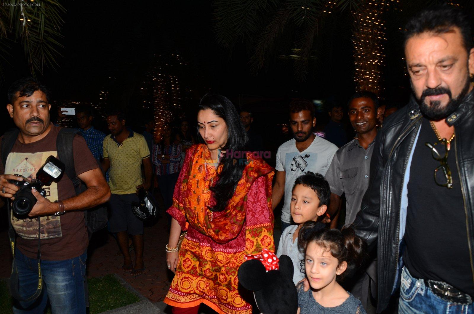Sanjay Dutt, Manyata Dutt with Kids on 18th Nov 2016