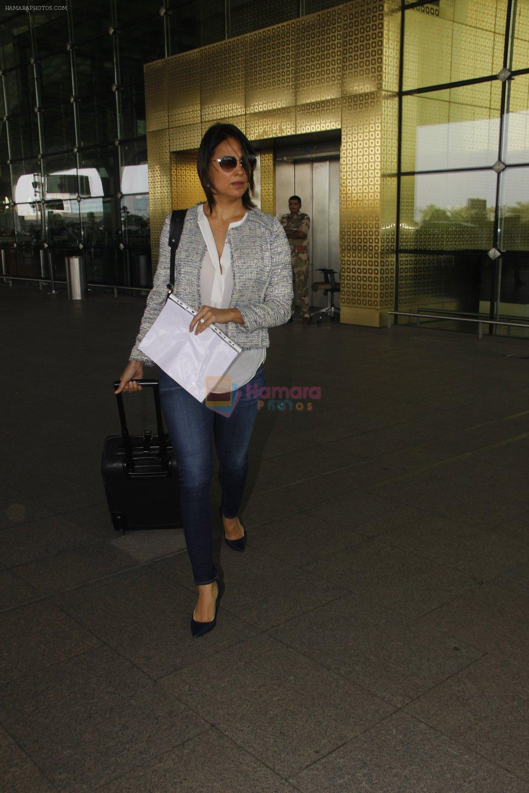 Lara Dutta snapped at airport on 18th Nov 2016