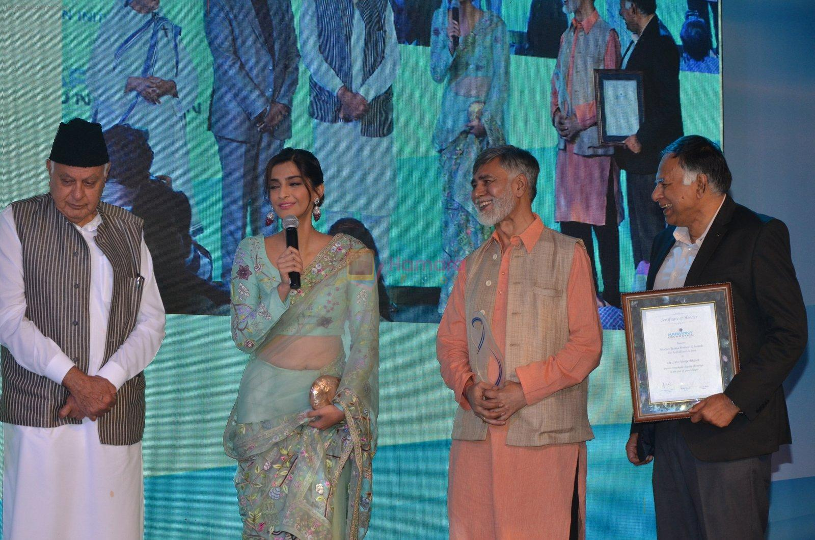 Sonam Kapoor graces Mother Teresa Memorial International Awards on 20th Nov 2016