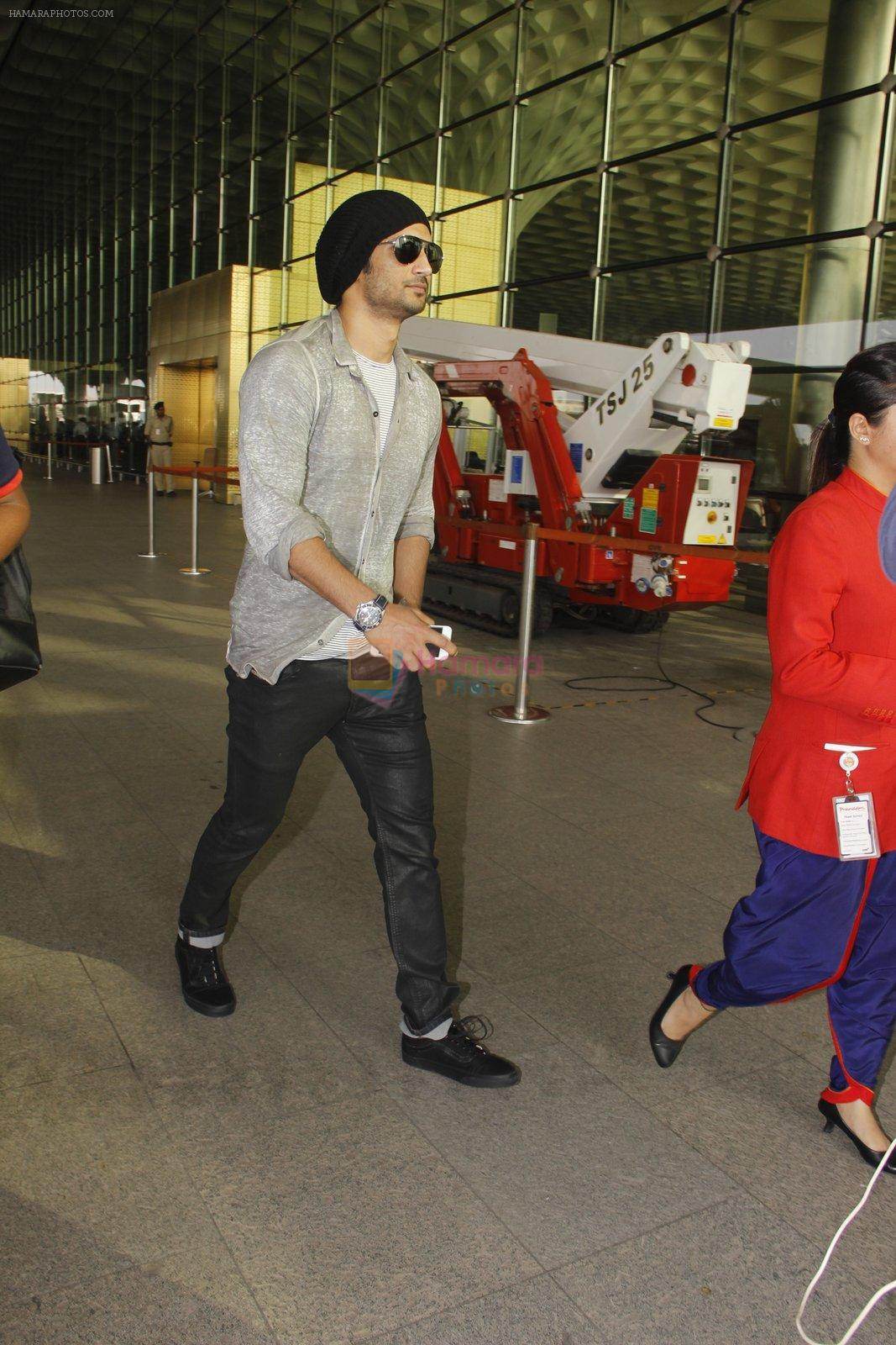Sushant Singh Rajput snapped at airport on 19th Nov 2016