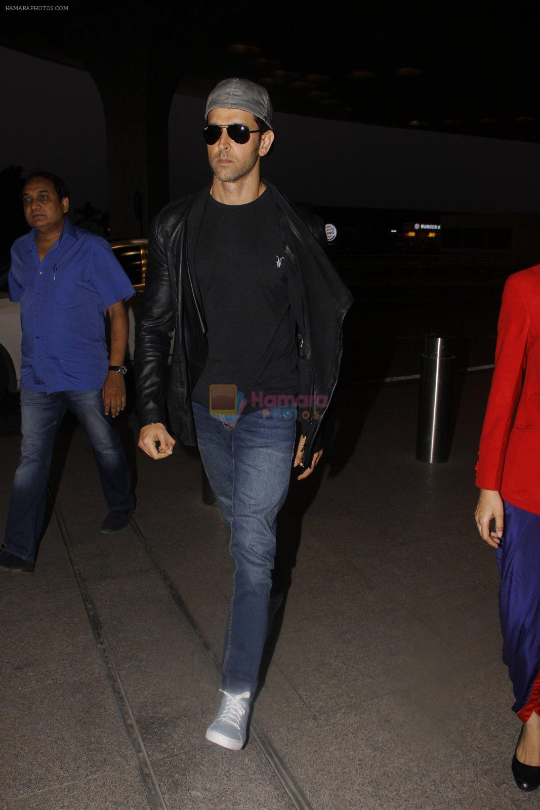 Hrithik Roshan snapped at airport on 20th Nov 2016