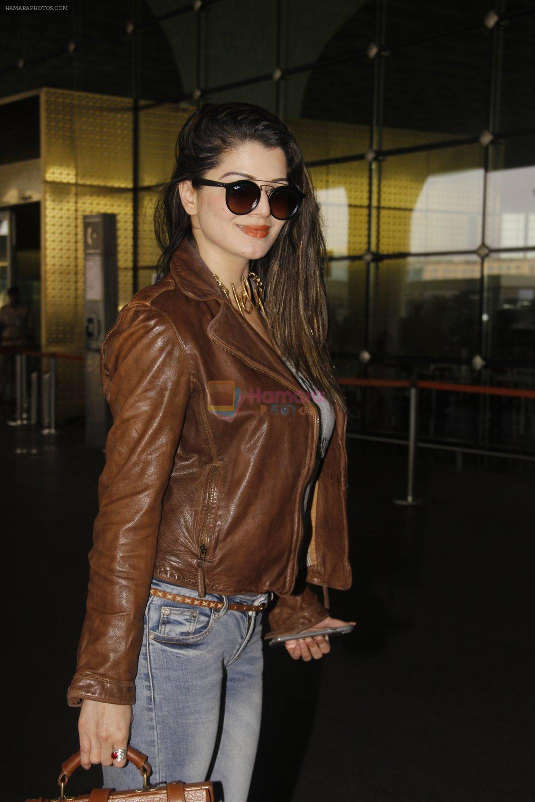 Kainaat Arora snapped at airport on 19th Nov 2016