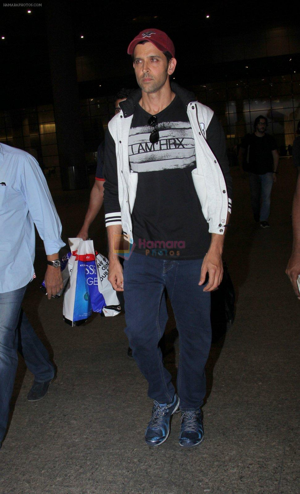 Hrithik Roshan snapped at airport  on 21st Nov 2016